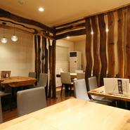 店内は、スタイリッシュな中にも和を感じさせるようなデザイン性が高い雰囲気です。居酒屋っぽくないおしゃれな空間で時間を気にせず、ゆっくりと食事を楽しむことができます。