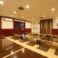 座席はカウンターをはじめ、小上がりや掘りごたつ式の個室のほか、30~40名までの方が同時に利用できる大広間も完備。お客様のニーズに合わせて宴会を楽しむことが可能です。