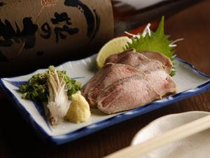 贅沢メニュー『牛タンたたき』もお値打ち価格で提供。通好みの独特な食感と素材の旨味が際立つ逸品