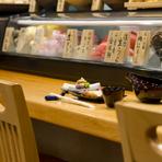 旬の幸に合う日本酒を吟味。地酒に加え、全国の人気銘柄が揃う