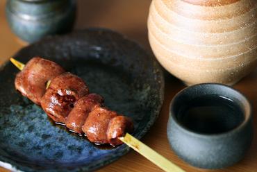 炭火でじっくり焼いた『新鮮なレバー串』は半レア。口の中でとろける食感はまるでフォアグラ