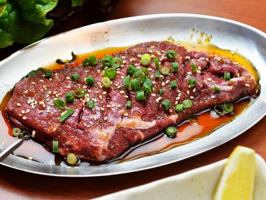 特大サイズの肉を豪快に焼き上げる『わらじハラミ』