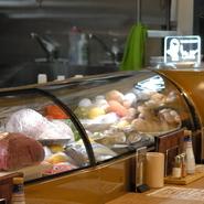 鮮度を重視して選んだ季節の魚、野菜、そして肉。食材はカウンターケースに並べてあるので、客は好みのものを選び、好みの方法でシェフに調理してもらえます。食べ方に迷われたら、お気軽にスタッフに相談を。