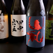 全国の名酒や料理に合う地酒が揃っています。珍しい銘柄や季節限定の日本酒もあるので、どんなお酒がどんな料理に合うのか試す価値アリです。銘柄に迷ったら、スタッフのオススメを頼んでみては。