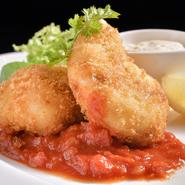 ズワイガニを贅沢に使ったクリームコロッケ。フュメ・ド・ポワソンで伸ばしたクリームソースは濃厚でなめらか。サクッとした衣とトロッとした中身の食感の違いが楽しめます。完熟トマトソースをつけて食べれます。