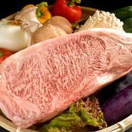 東海地方原産で、少量でも満足できるものと選んだのが飛騨牛のA5です。肉の繊維が柔らかく甘みのあるサシが霧降状に入っているのが特長で、ステーキにして食べると肉汁がジュワッと口の中に広がります。