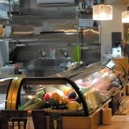 心地よく安心感を持ってもらえるような接客を心掛けています。新鮮な食材を使い、店内を清潔に保つのは当たり前。お客様が食べたいものは、お客様が料理名をご存じないものでも知識をフル回転させて応えます。