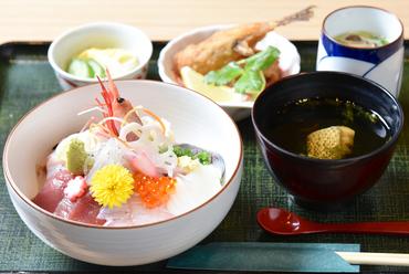 鮮度抜群の海鮮が盛りだくさん『10種類の海鮮丼』