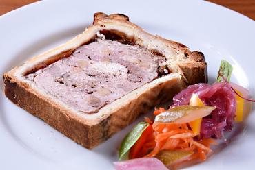 シンプルにお肉の味わいが楽しめる『竹田の豚とカモ・冠地どりのパテアンクルート』