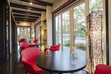優しい光に包まれるテラス席。開放感あふれる空間