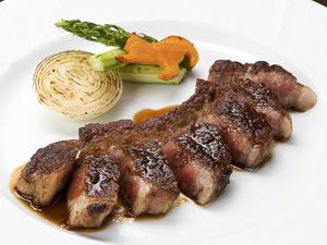 ニンニク醤油が効いた肉厚の『黒毛和牛カルビ網焼き』