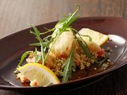 野菜がたっぷり楽しめる『クスクスのサラダと魚のベニエ』