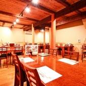 ウッドテイストの広々としたテーブル席の宴会場.