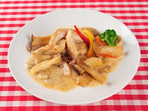 『鶏肉のソテー森の番人風きのこクリームソース』はエシャロットソースを使った女性に人気の一品