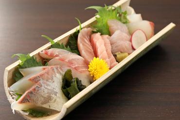 駿河湾で揚がった旬の地魚をたっぷり味わえる『お刺身盛り合せ』