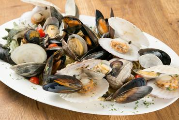 貝の旨味が凝縮された豪華な一品『名物! 色々な貝類のボンゴレ KAIZUKA!』