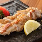 旨味たっぷりの丹波鶏のもも肉は歯ごたえよりも、そのジューシーさに驚くはずです。塩で焼くなど、シンプルな調理法でこそジューシーさと美味しさが引き出される丹波鶏。今までにない肉本来の旨さを味わえます。