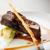 食感のコントラストを楽しめる『柔らかく煮込んだ牛タンのステーキ』
