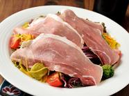 無農薬・化学肥料を使用しない『でんめいふぁーむの彩り野菜と生ハムのサラダ』