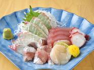 気軽に良質な活魚を堪能できるのは、魚屋直営ならでは。『おまかせ五品』