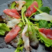 上質な魚とフレッシュ野菜が爽やかに調和する『カルパッチョ』