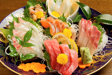 当店人気第1位!『いおり膳得々6点盛り』~必ず入る「生まぐろ」など、旬の獲れたて鮮魚を6点盛り合わせ。