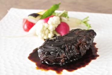 ほろほろ崩れる柔らかな食感が特徴『牛ホホの赤ワイン煮』