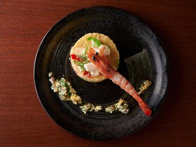 シャンパンや泡に合わせたい前菜『人参とカマンベールチーズのムース ズワイガニと帆立のカクテル』