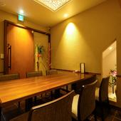 落ち着いた和モダンの空間でこころゆくまで食事とお酒を楽しんで