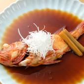 タレに煮込んだゴボウの風味がアクセント、ふっくら柔らかい身の旨みが美味しい『三陸産きんき煮付け』