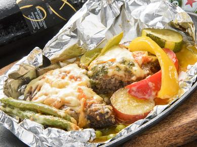 自慢の包み焼きハンバーグ『自家製トマトソースの特製ハンバーグ』