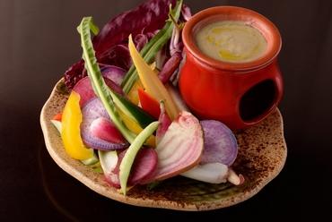 珍しい野菜を使った『彩り野菜のバーニャカウダ ~白みそ風味のソース~』