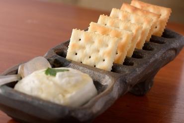 ロゼや赤ワインと相性◎スイーツ感覚で食べる、はちみつがけ『クリームチーズのお姫様』