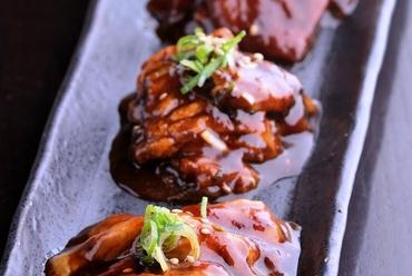 人気のハラミを食べごたえのある厚切りで提供。肉の旨みあふれる大満足の『厚切りハラミ』