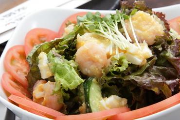 太樹苑オリジナルドレッシングが絶品。新鮮な野菜や海老などをふんだんに使用した『大樹サラダ』 L