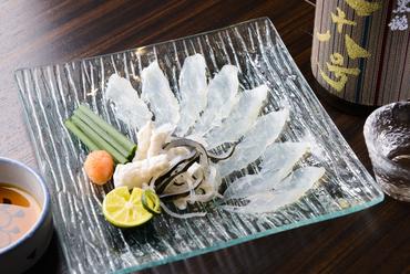 透き通る白身のコリコリとした食感を堪能する『フグ薄造り』