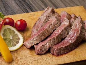 肉の旨味を満喫! 『特選牛赤見のグリルステーキ』