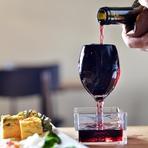 お得感とシズル感でワクワクできる『こぼれ升ワイン』が名物