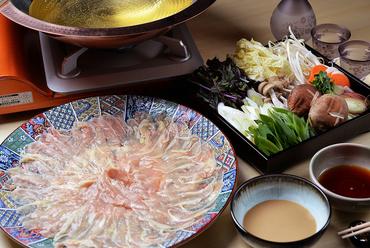 野菜も肉もたっぷり食べられる。黄金の出汁と特製ダレでいただく『鶏のしゃぶしゃぶ』