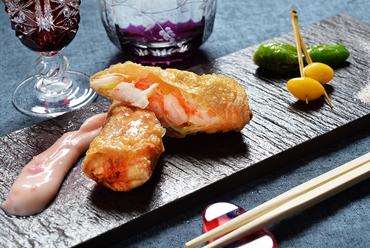 サクッと揚がった湯葉と、プリップリの海老が贅沢に楽しめる『プリプリ海老の湯葉包み揚げ』