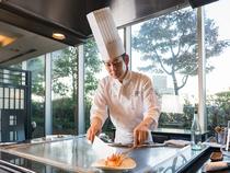 """鉄板焼は""""魅せる""""料理。素材が料理へ変わる過程を楽しんで"""