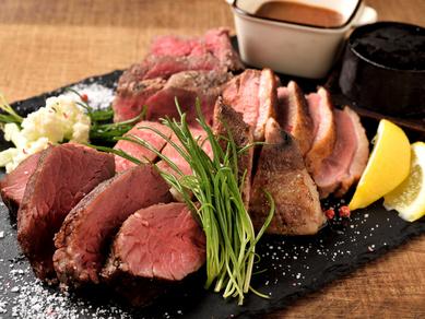 肉汁たっぷり! こんがり焼いた『炭焼きステーキの1ポンド盛り 450g』