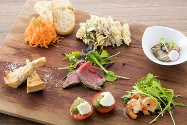 旬の国産食材の様々な味わいをワンプレートで楽しむ『クオーレおまかせ前菜盛り合わせ』