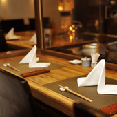 調理の音や匂いが五感を刺激。ライブ感あふれる席でデートを