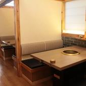 テーブル席は、専用ロールカーテンで仕切ります