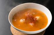 骨付き鶏と野菜をじっくり煮込んだスープに絶妙な辛さがくせになります。辛さは10段階まで。2人でちょうどいい量です!