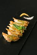 チーズとトマトのカルツォーネ風餃子/唐辛餃子