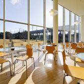 天井が高く、のびのびとくつろげるカフェスペース