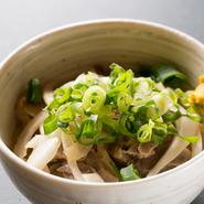 「成田家グループ」伝統の味を引き継ぎながらも、新しいメニューは増え続けます。現在、メニューは100種類以上。岡山県のご当地料理と多彩な和食、お酒を味わい尽くせるので、何度でも通いたくなるお店です。