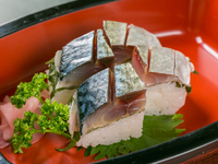 新鮮なサバの旨味を閉じ込めた、上品なお寿司。手づくりならではやさしい味わいを楽しめる『サバ寿司』